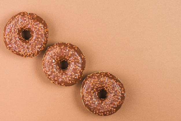 Zucker donuts mit dunkler schokoladenglasur und streuseln