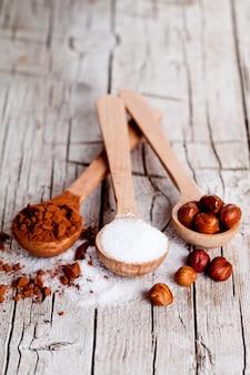 Zucker, haselnüsse und kakaopulver