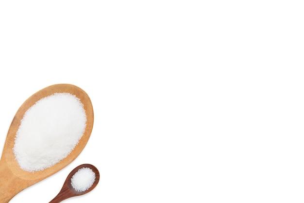 Zucker in zwei hölzernen löffeln lokalisiert auf weißem hintergrund mit kopienraum