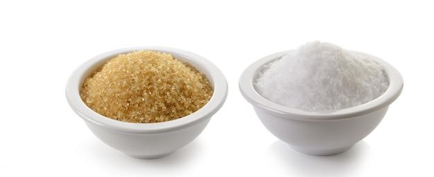 Zucker und salz auf weißem raum