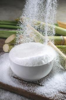 Zucker wird in eine schüssel gegossen