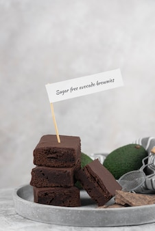 Zuckerfreie avocado-brownies mit hohem winkel