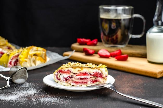 Zuckerfreie hausgemachte erdbeer-käse-rolle