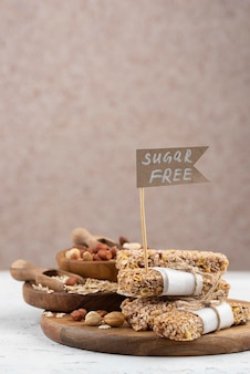 Zuckerfreie snackbars auf holzbrett