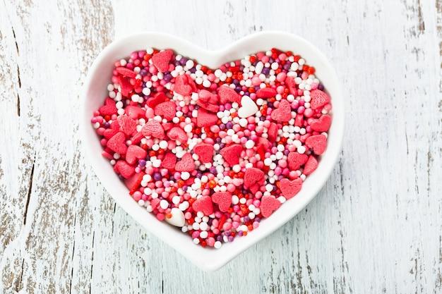 Zuckerherzen im teller - valentinstag kuchendekorationen