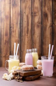 Zuckerkrapfen serviert mit milchshakes