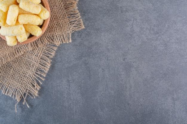 Zuckermaisstangen in einer schüssel, auf textur, auf der marmoroberfläche