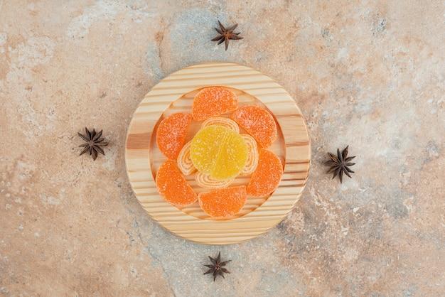 Zuckermarmelade mit sternanis auf marmorhintergrund