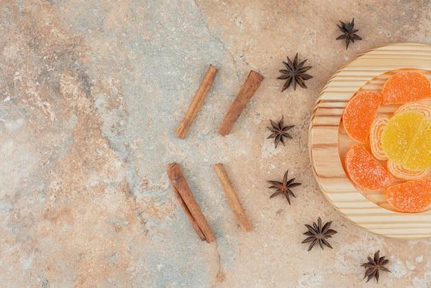 Zuckermarmelade mit sternanis und zimtstangen