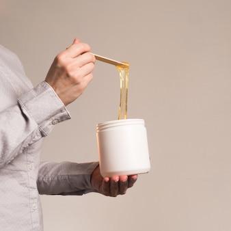 Zuckerpaste mit spatel nach oben gespannt