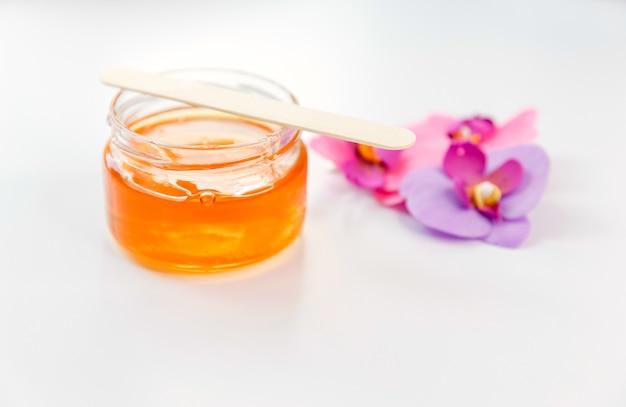 Zuckerpaste oder honig für achselhöhlen oder haare zum entfernen von haaren. enthaarung