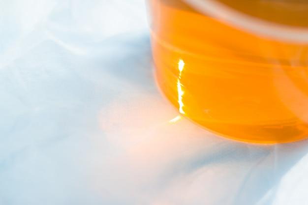 Zuckerpaste oder wachshonig zum entfernen der haare hautnah mit sonnenlicht