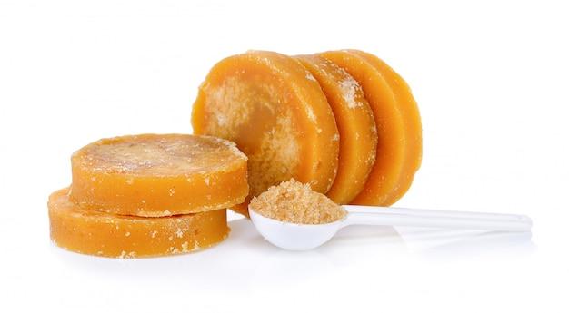 Zuckerrohr-hartmelasse oder jaggery und zucker im löffel