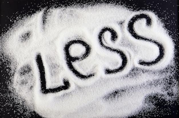 Zuckerscheibe auf einer tafel und die inschrift weniger