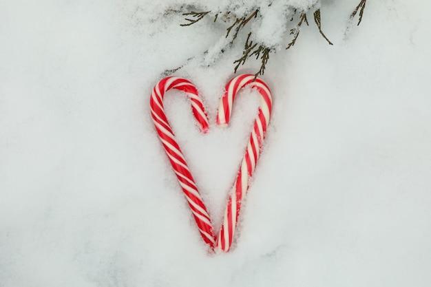 Zuckerstangen auf schnee im freien, draufsicht