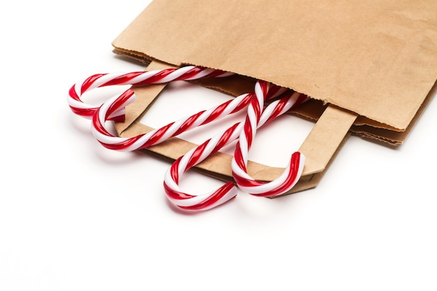 Zuckerstangen in einer papiertüte