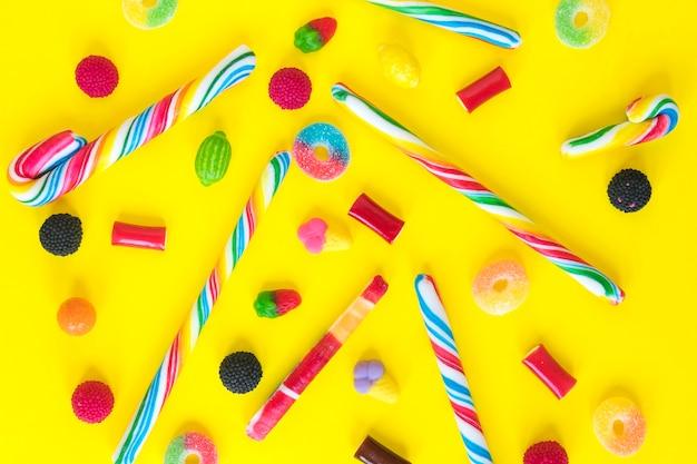 Zuckerstangen und gummibärchen