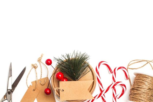 Zuckerstangen und material, um ein weihnachtsgeschenk mit kopienraum zu machen