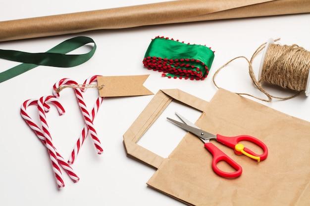 Zuckerstangen und materialien, um ein weihnachtsgeschenk zu machen