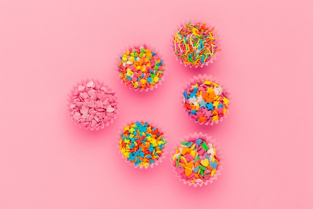 Zuckerstreusel, dekoration für kuchen und eis und kekse auf rosa