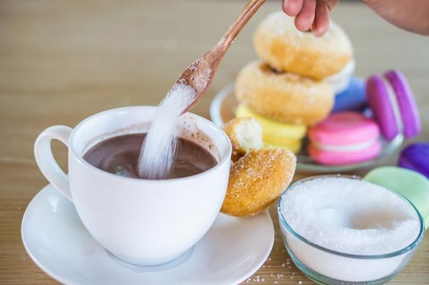 Zuckersucht mit frau, die süßes getränk isst