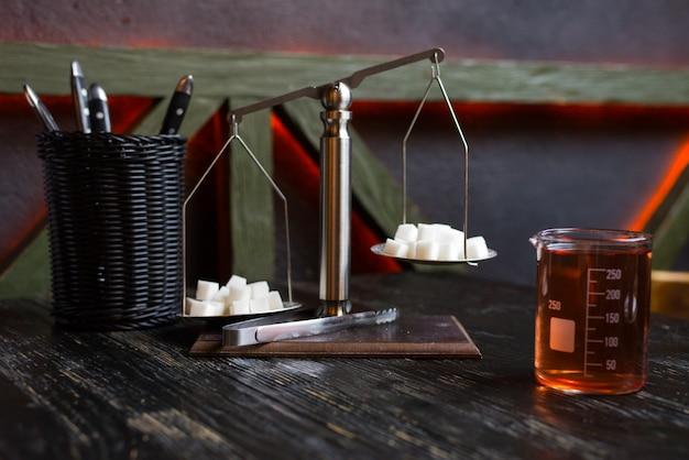 Zuckerwürfel auf der waage in einem café auf dem tisch