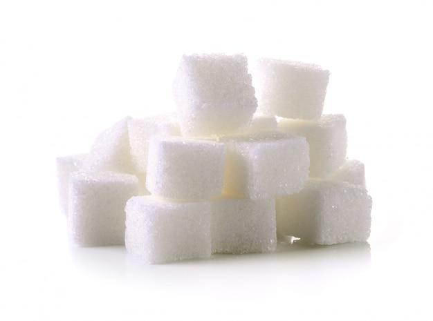 Zuckerwürfel auf weißem hintergrund
