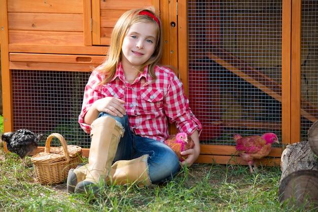 Züchter hühner kind mädchen rancher bauer mit küken im hühnerstall
