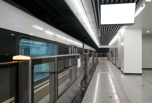 Züge fahren mit hoher geschwindigkeit in u-bahn-stationen