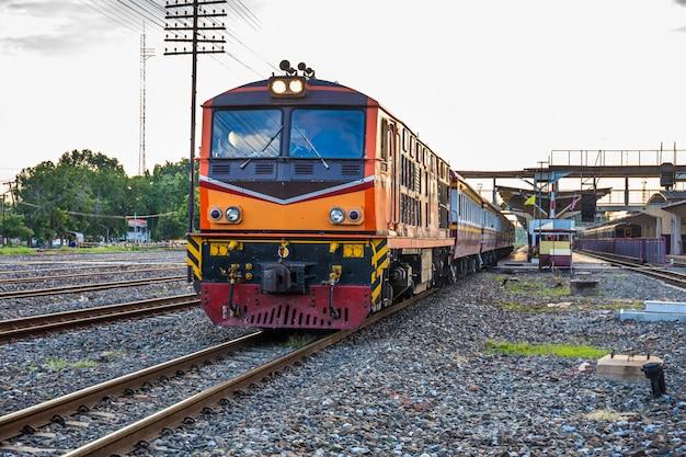 Züge von thailand fahren mit dieselmotor in den bahnhof ein. retro-technologie