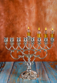 Zündet am dritten tag des jüdischen feiertags chanukka kerzen an. kerzen brennen licht von menora