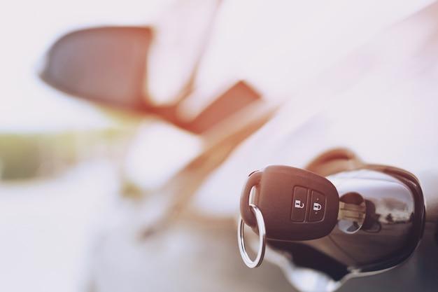 Zündschlüssel des modernen autos schließen. autoschlüssel im schlüsselloch