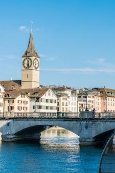 Zürcher innenstadt mit berühmten fraumünster- und grossmünster-kirchen und fluss limmat