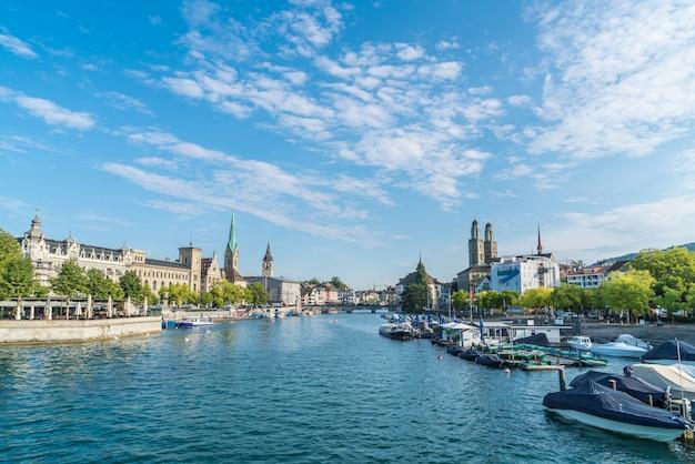 Zürcher innenstadt mit dem berühmten fraumünster