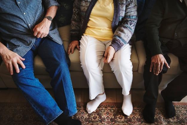 Zufällige ältere erwachsene, die zusammen sitzen