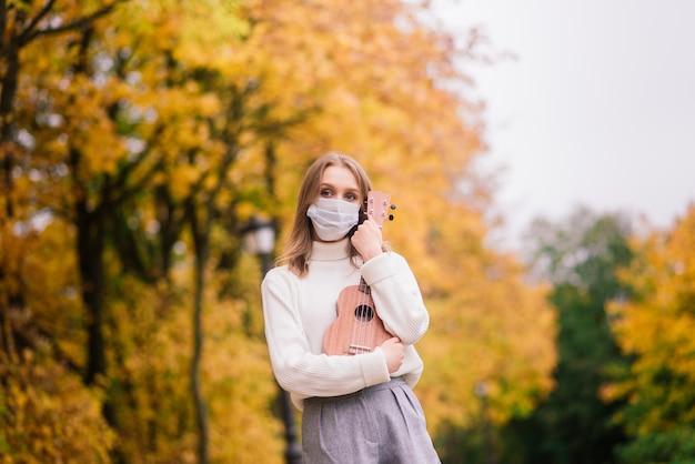 Zufällige frau, die schützende gesichtsmaske trägt