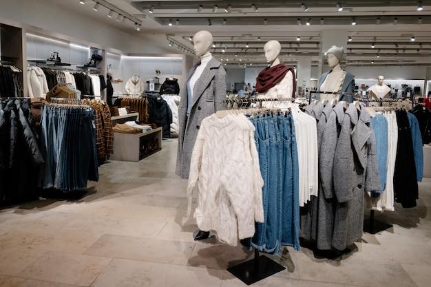 Zufällige kleidung der weiblichen frau im speicher der einkaufszentrum-, herbst- und winterkollektion