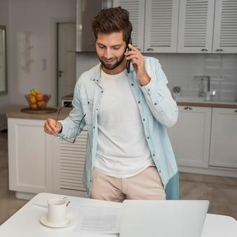 Zufälliger erwachsener mann, der am telefon spricht