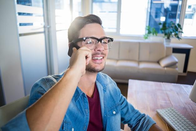 Zufälliger geschäftsmann, der am telefon spricht