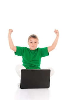 Zufälliger jugendlicher mit laptop. über weißem hintergrund.