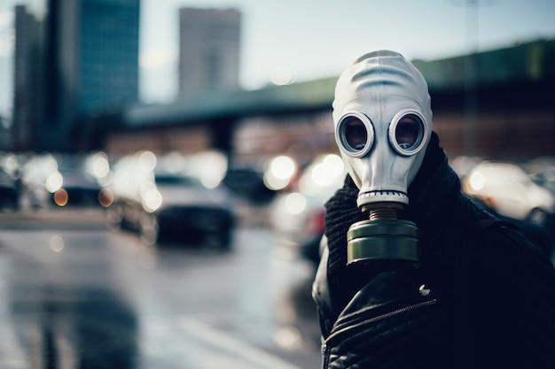 Zufälliger junger mann in einer gasmaske in die kamera schaut. foto mit textfreiraum