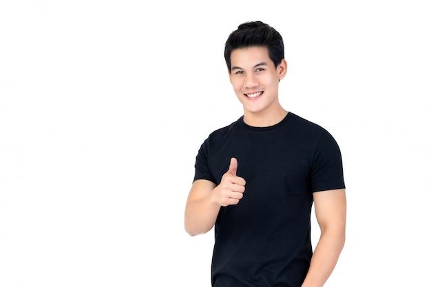 Zufälliger lächelnder hübscher asiatischer mann, der daumen aufgibt