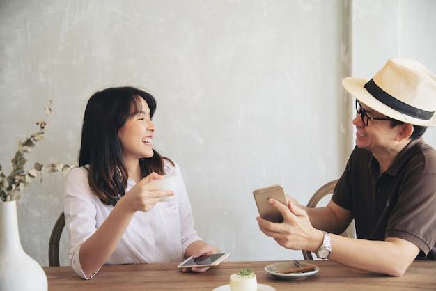 Zufälliger mann und frau, die glücklich sprechen