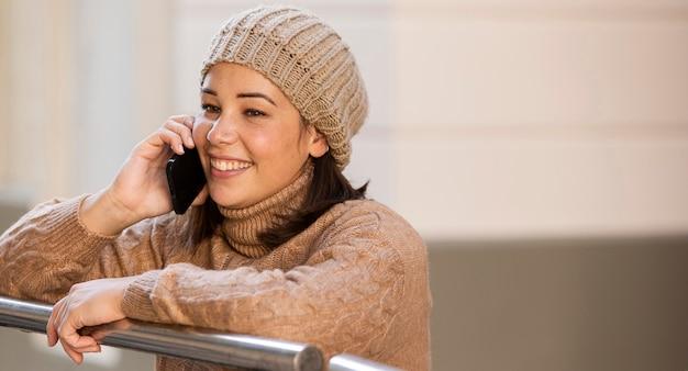 Zufälliger teenager, der am telefon spricht