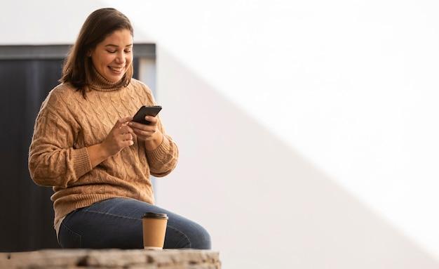 Zufälliger teenager, der ihr telefon durchsucht