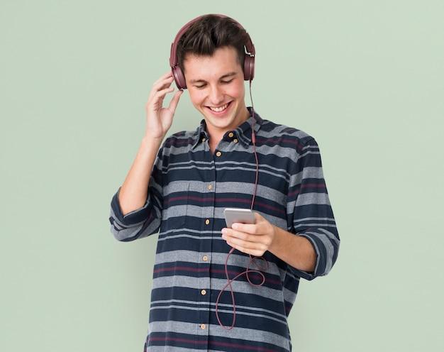 Zufälliges hören musik des jungen mannes