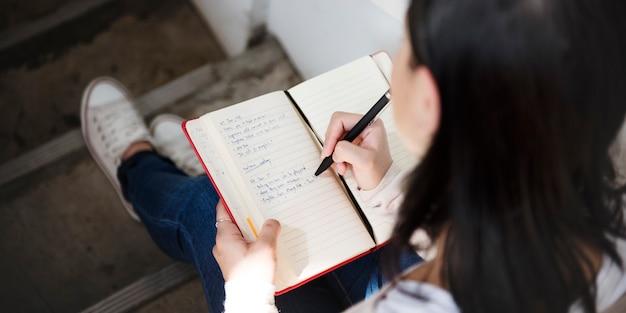 Zufälliges tagebuch-journal leisure message woman-konzept