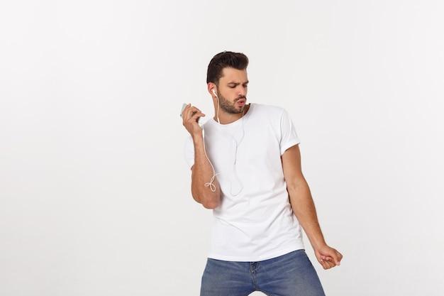 Zufälliges tanzen des gutaussehenden mannes mit dem handy lokalisiert auf weiß