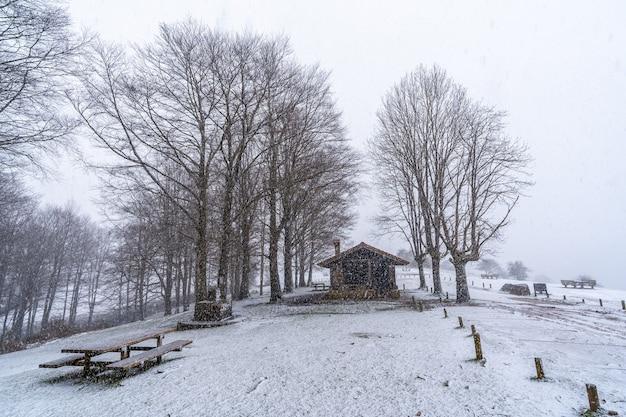 Zuflucht des berges aizkorri in gipuzkoa. schneelandschaft im winter schneit