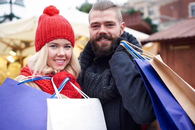Zufrieden nach großen weihnachtseinkäufen